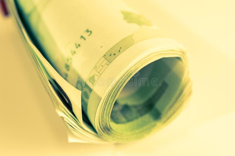 Eurogeld, Eurobargeldhintergrund Banknoten der Europäischen Gemeinschaft auf einem weißen Hintergrund Abschluss oben 100-Euro-Rol stockbild