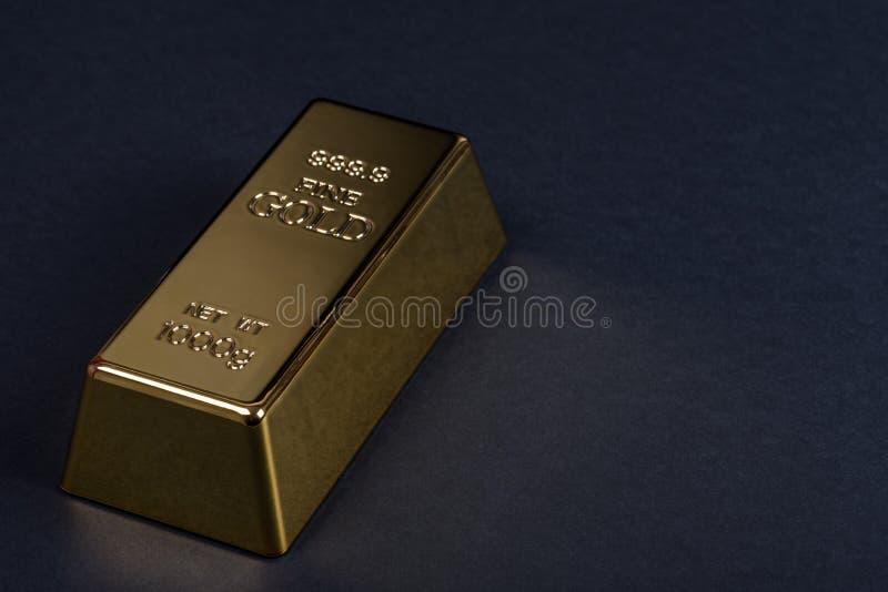 Eurokassa och guld- stång på en svart bakgrund Sedlar pengar bili tacka guldtacka royaltyfri foto