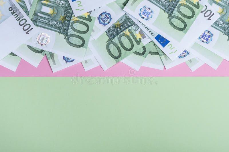 Eurokassa på en rosa och grön bakgrund Europengarsedlar bank repet f?r anm?rkningen f?r pengar f?r fokus hundra f?r euroeuros fem royaltyfri foto