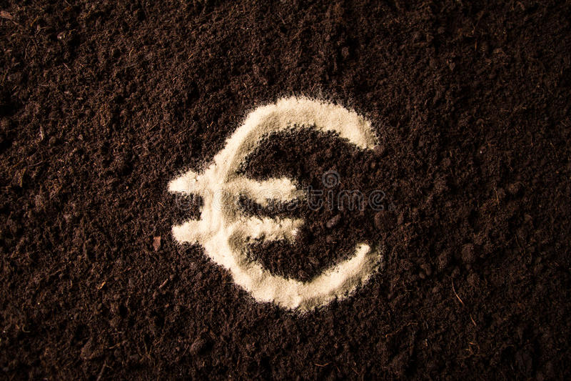 Eurologotypsymbol som är skriftligt på bruntjordning royaltyfria foton