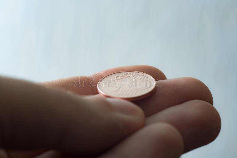 Euromünze auf Fingertipps lizenzfreie stockfotografie