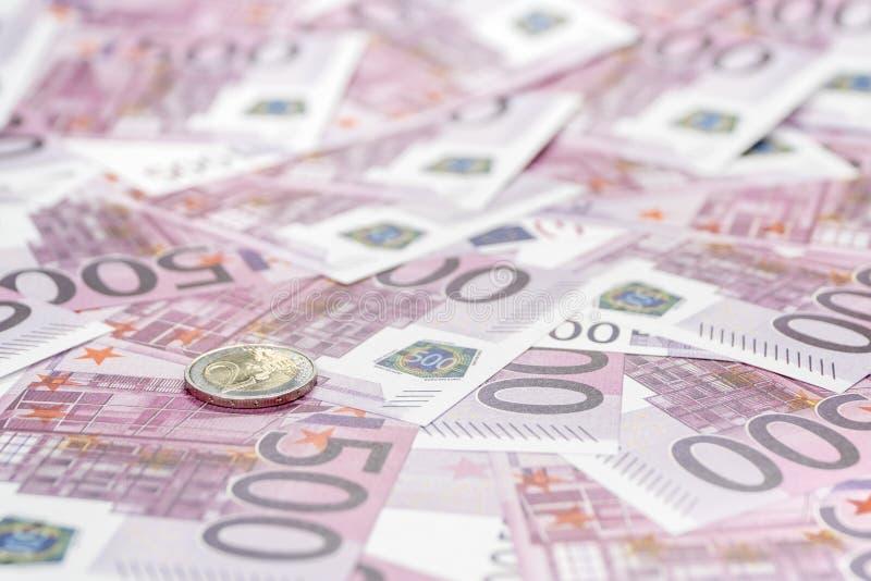 Euromünze auf Geld stockfotos