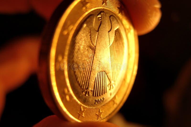 Euromünze in einer Hand lizenzfreie stockfotos