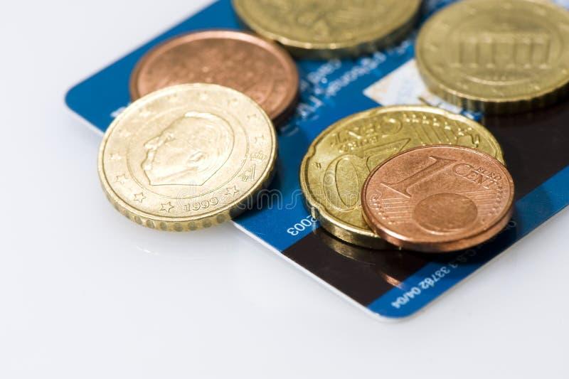 Euromünzen auf Kreditkarte stockbild