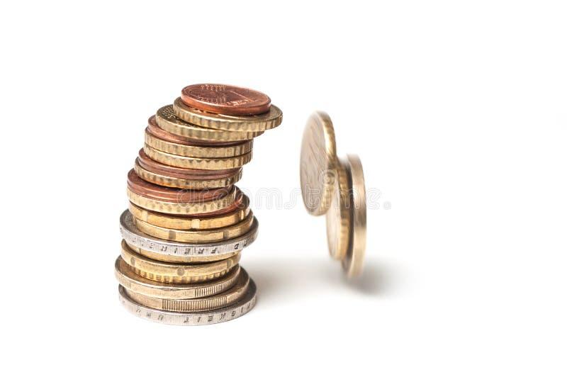 Euromünzen, die auf weißen Hintergrund - Konzeptkriteriumbezogene anweisung fallen stockfotografie