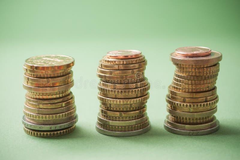 Euromünzen häufen auf grünem Hintergrund an lizenzfreie stockfotos
