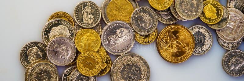 Euromünzen, Schweizer Franken, die amerikanische Dollarlüge auf einem hellen Hintergrund stockbild