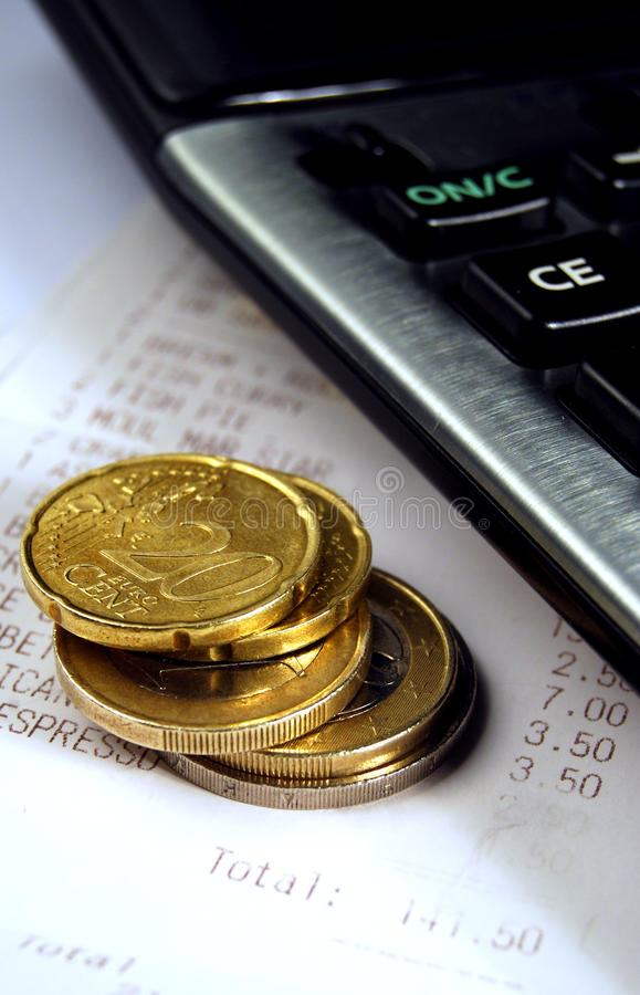 Euromünzen und Rechnung lizenzfreie stockbilder