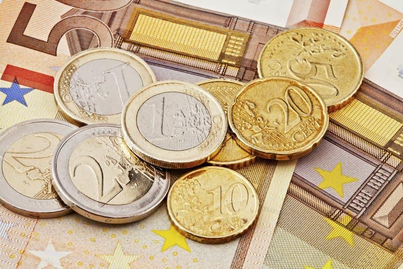 Euromünzen und Rechnungen stockbild