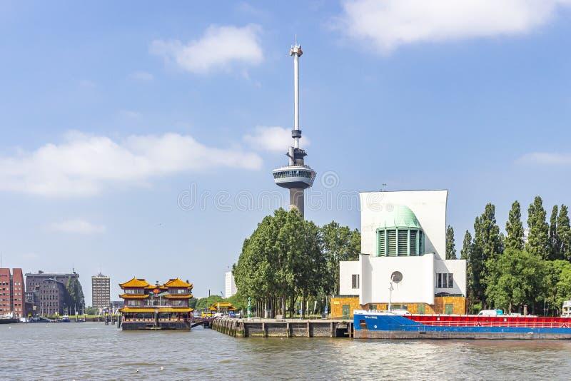 Euromast in Rotterdam met daar naast de witte ingang van de Maas tunnel en anderzijds de boot van Hotel Restaura stock foto's