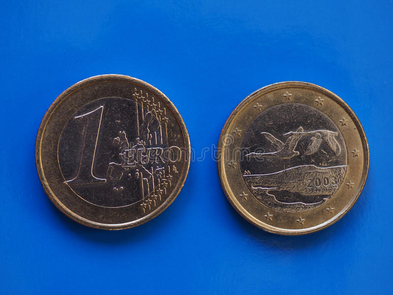 1 euromynt, europeisk union, Finland över blått royaltyfria foton