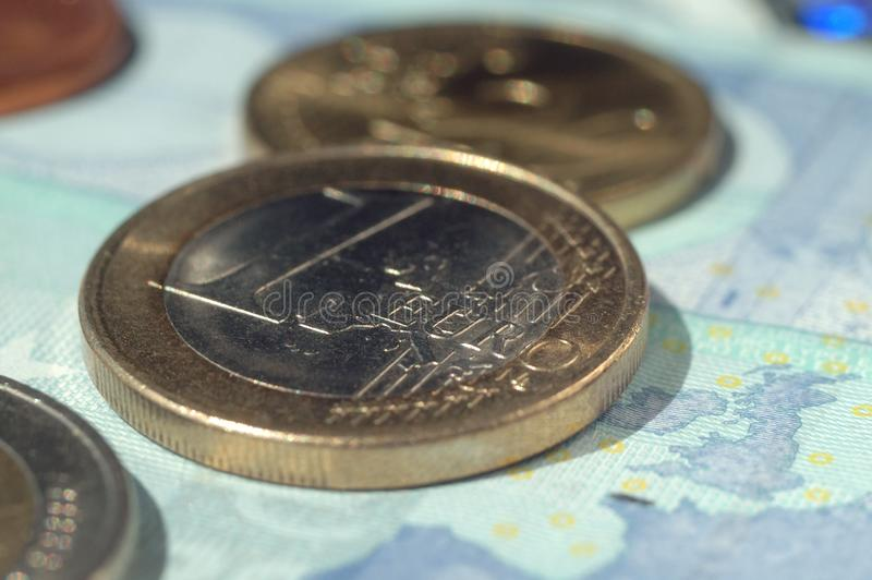 Euromynt och räkningar av olikt värde royaltyfri fotografi