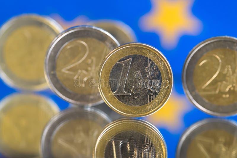 Euromynt på en blå bakgrund arkivfoto