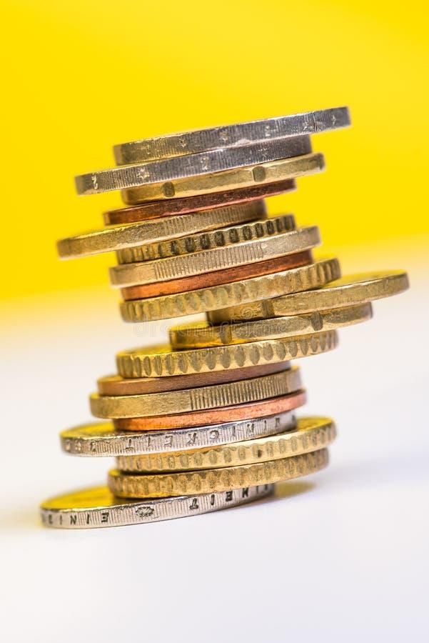 Euromynt som staplas på de i olika positioner arkivfoto