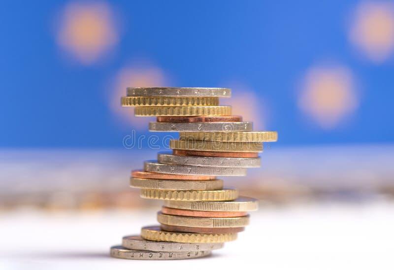 Euromynt som staplas p? de i olika positioner arkivbilder