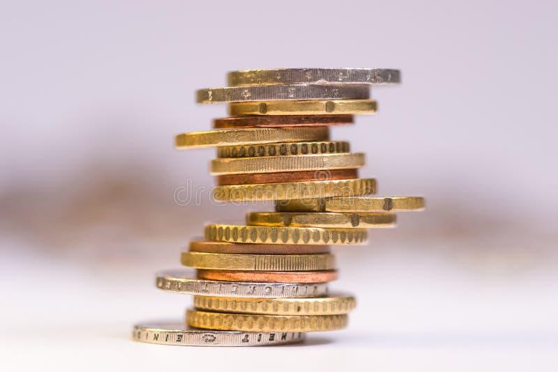 Euromynt som staplas p? de i olika positioner royaltyfria foton