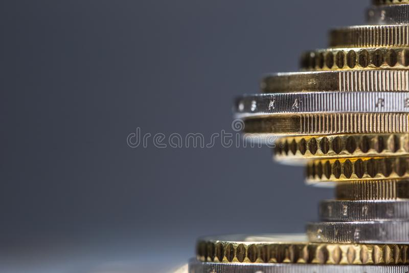 Euromynt som staplas p? de i olika positioner Pengar och valuta f?r n?rbild europeiska arkivfoto