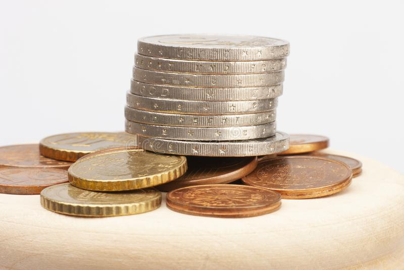 Euromynt som staplas p? de i olika positioner Selektivt fokusera royaltyfri bild