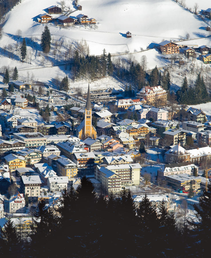 Europäische alte Stadt nahe dem Berg am Winter stockfotografie