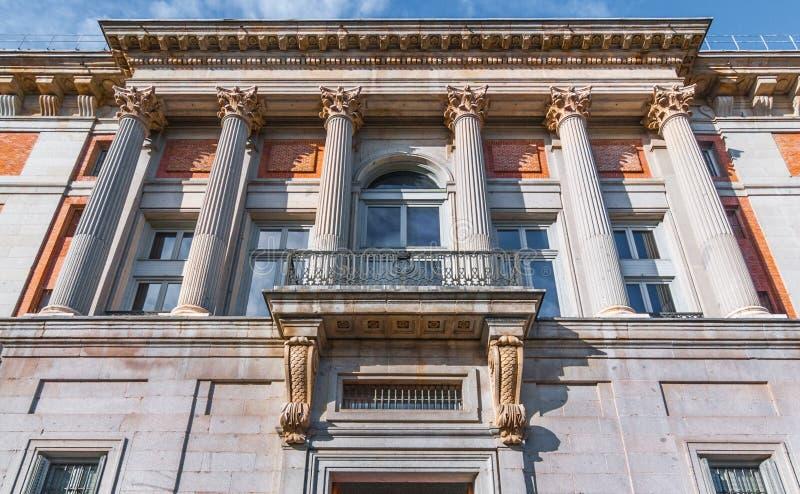 Europäische Architekturgebäudedetails mit korinthischen Hauptspalten stockfotos