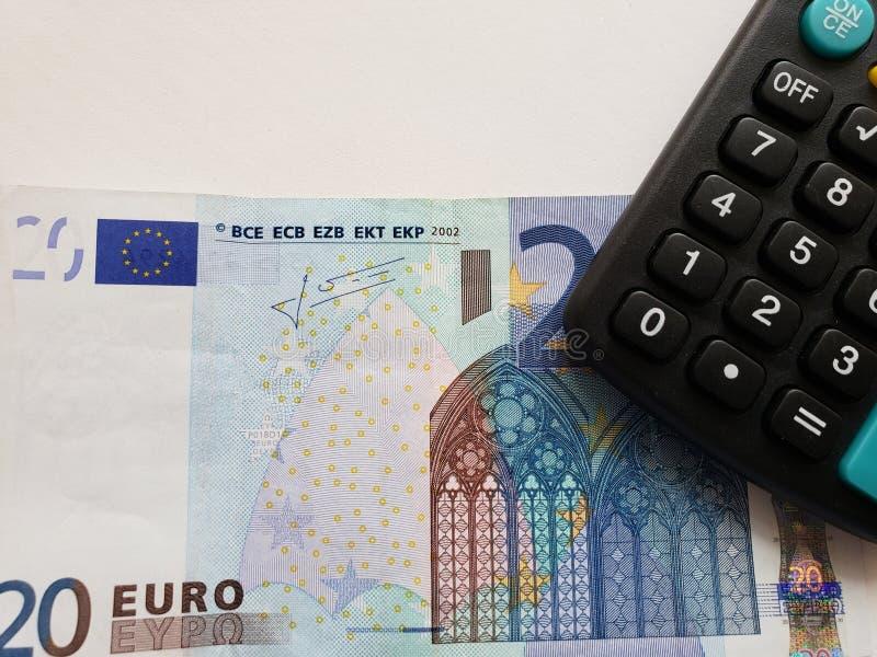 europäische Banknote von 20 Euro und Taschenrechner stockbilder