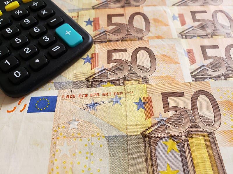 europäische Banknoten von 50 Euro und Taschenrechner stockfotografie