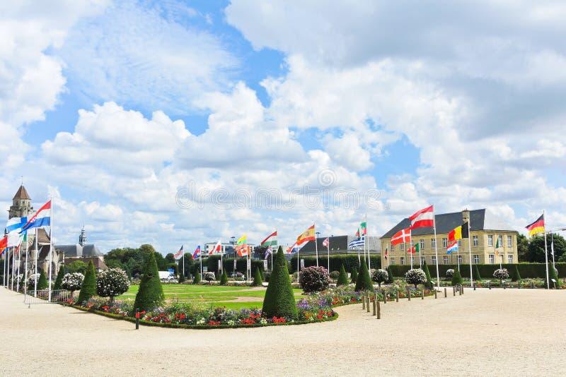 Europäische Flaggen auf Quadrat in Caen, Frankreich lizenzfreie stockfotografie