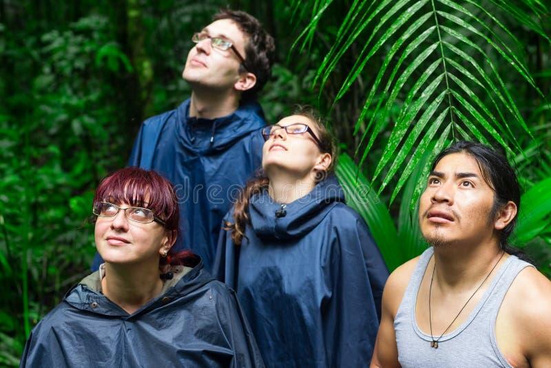 Europäische Forscher in Amazonas-Dschungel stockfotos