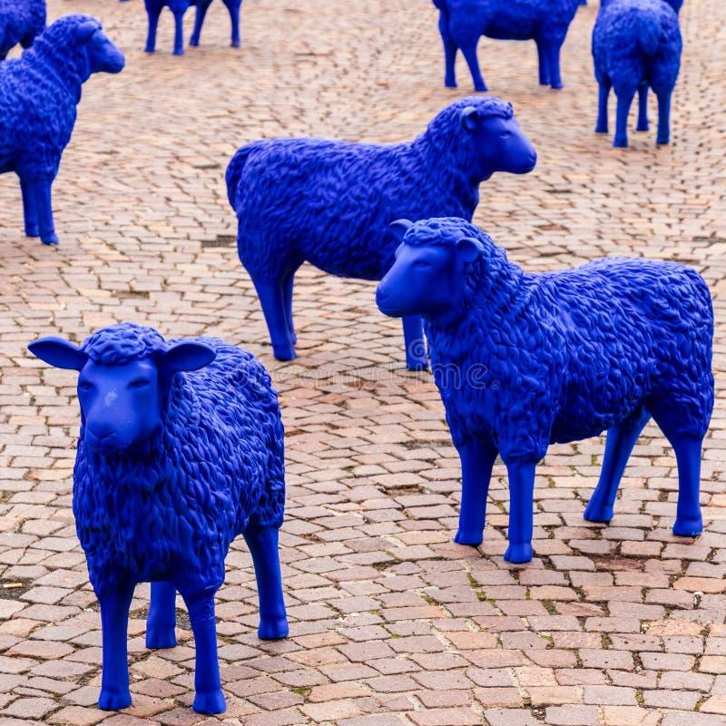Europäische Gemeinschaft farbige blaue Schafe Ausstellungs-Ereignis für EU-Wahl Auf einem Markt in Sindelfingen, Baden-Württember stockfoto