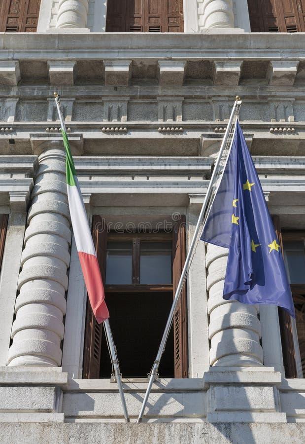 Europäische Gemeinschaft und italienische Staatsflaggenahaufnahme stockfotografie