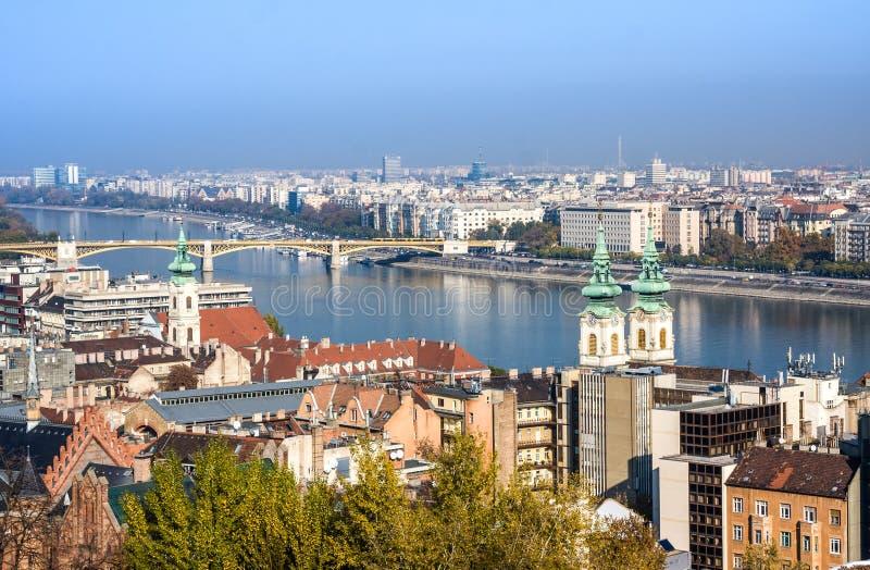 Europäische Grenzsteine Panoramablick von Budapest mit Glockentürmen der St- Anne` s Kirche und des Parlaments stockfotografie