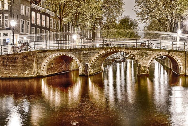 Europäische Reise-Konzepte Schmutz-Art-Nachtansicht von Amterdam-Stadtbild stockbilder