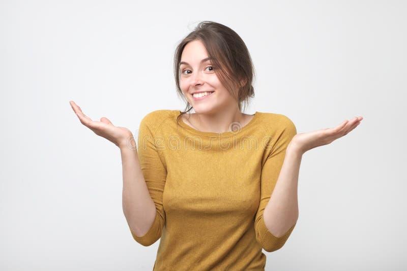 Europäische Studentenfrau in der Geste des Fragens über grauem Hintergrund stockbilder