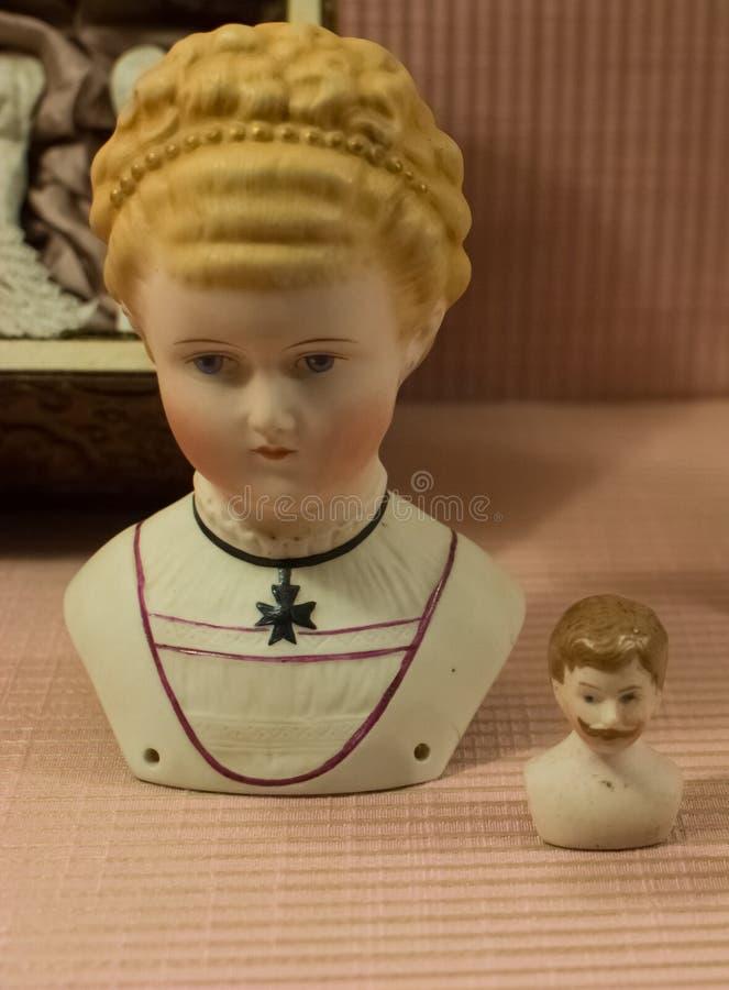 Europäische Weinlese spielt - Puppenporzellan-Puppenfehlschläge lizenzfreie stockfotografie