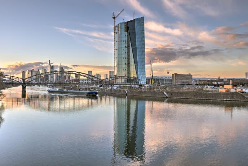 Europäische Zentralbank-und Frankfurt-Skyline lizenzfreie stockfotos