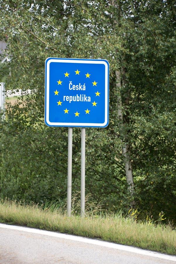 Europäischer blauer Grenzpfeiler der Tschechischen Republik stockfotografie