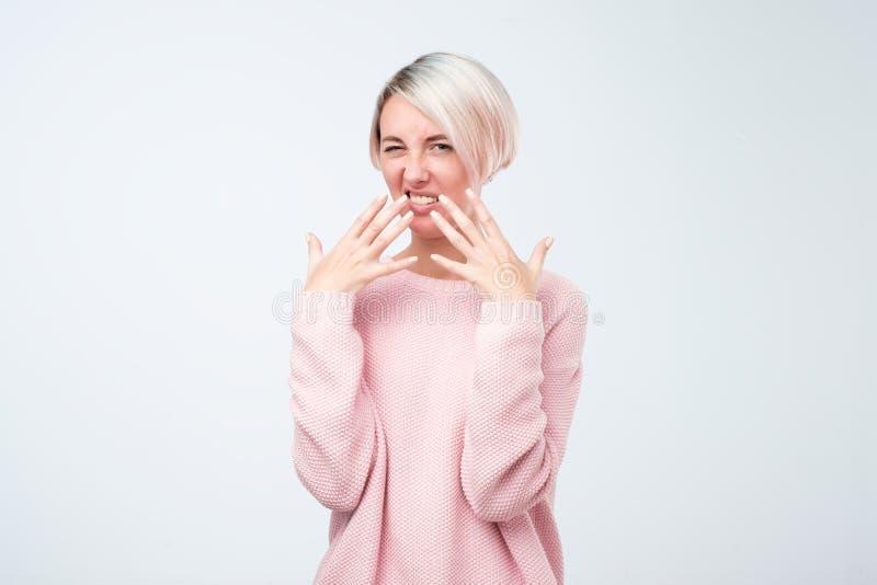 Europäischer Frauenblick mit Ekel auf ihrem Gesicht auf Kamera Es ist stinkend und sie kann nicht verstehen, was stockfotografie