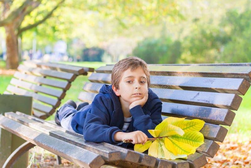 Europäischer Junge in einem Park stockfoto