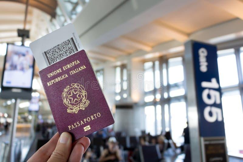 Europäischer Pass und Bordkarte lizenzfreie stockfotografie