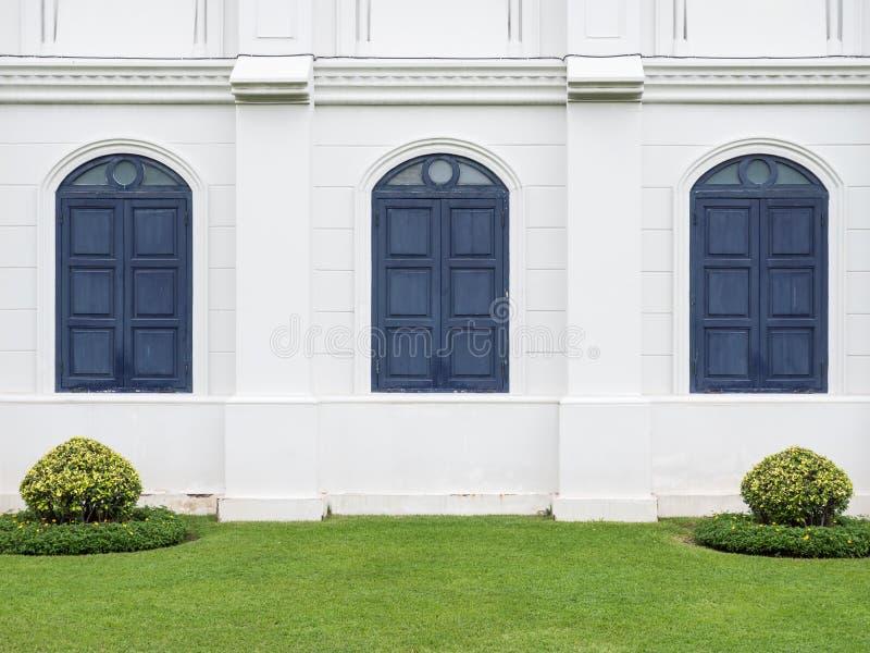 Europäisches Artgebäude mit dem blauen Fenster stockbilder