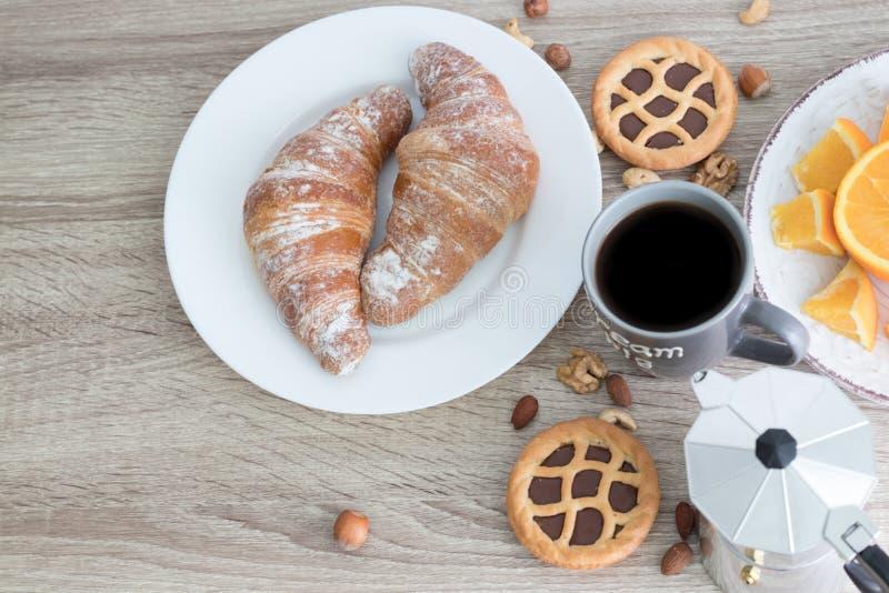 Europäisches Frühstück mit Hörnchen Kaffee und Orange Beschneidungspfad eingeschlossen Kopieren Sie Platz lizenzfreie stockfotos