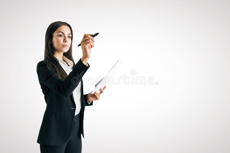 Europäisches Geschäftsfrauschreiben etwas lizenzfreie stockbilder