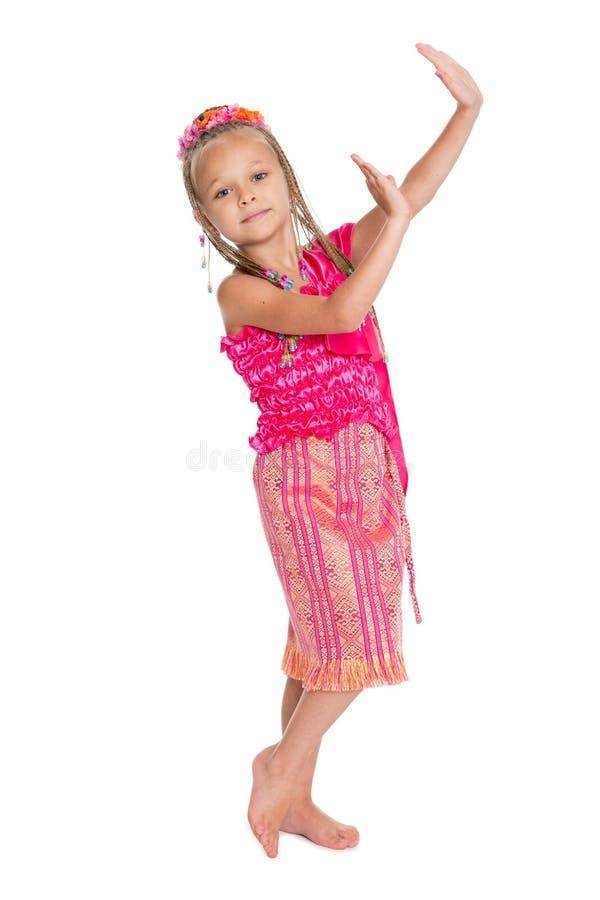 Europäisches Mädchen, das thailändischen Tanz tanzt stockbild