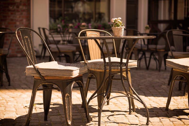Europäisches Restaurant - Tabellen und Stühle lizenzfreie stockbilder