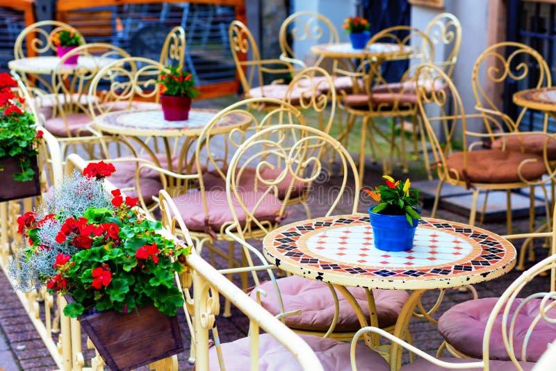 Europäisches Restaurant - Tabellen und Stühle stockfoto