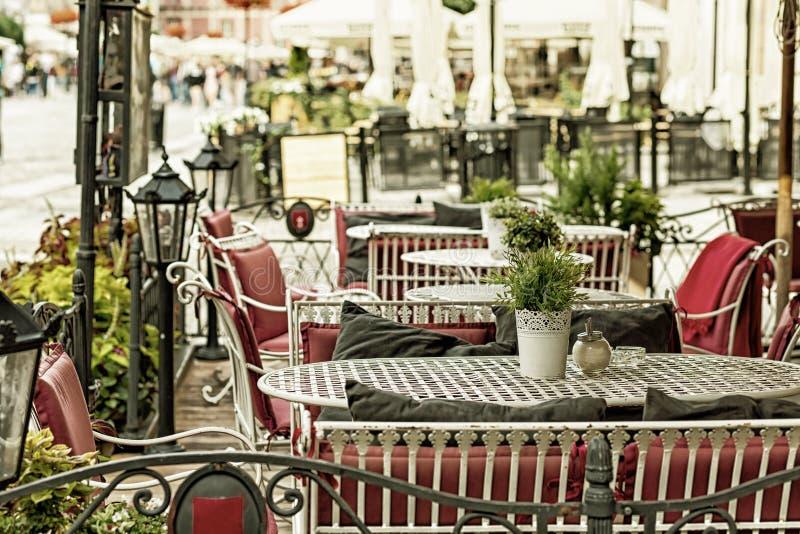 Europäisches Restaurant - Tabellen und Stühle stockfotografie