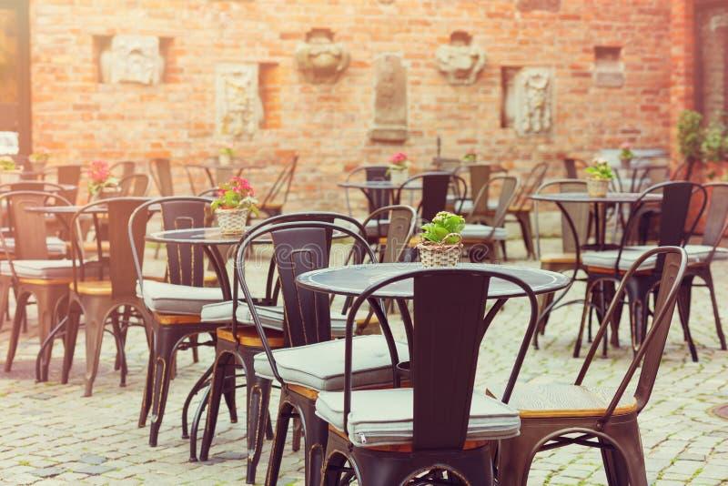Europäisches Restaurant - Tabellen und Stühle lizenzfreie stockfotografie