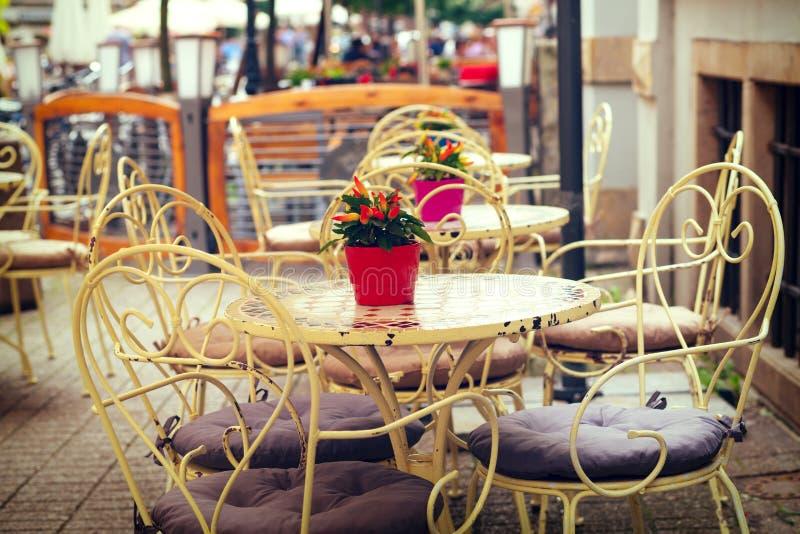 Europäisches Restaurant - Tabellen und Stühle stockbilder