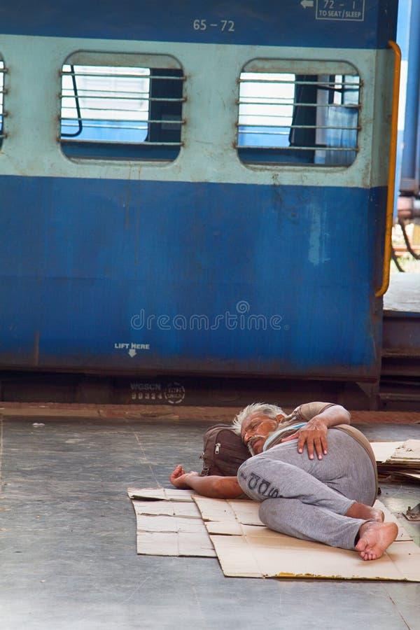 Européen dans le train de attente de l'Inde comme tous les autres, dormant sur le plancher images stock