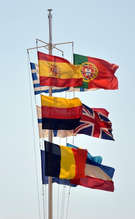 Européflaggor som tillsammans vinkar arkivbild